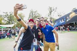 Dorian Boccolacci, Trident, Alessio Lorandi, Jenzer Motorsport, Leonardo Pulcini, Arden International font un selfie avec les fans