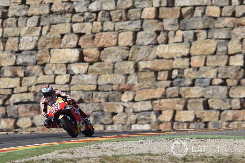 Marc Marquez con el famoso muro de Motorland Aragón a sus espaldas