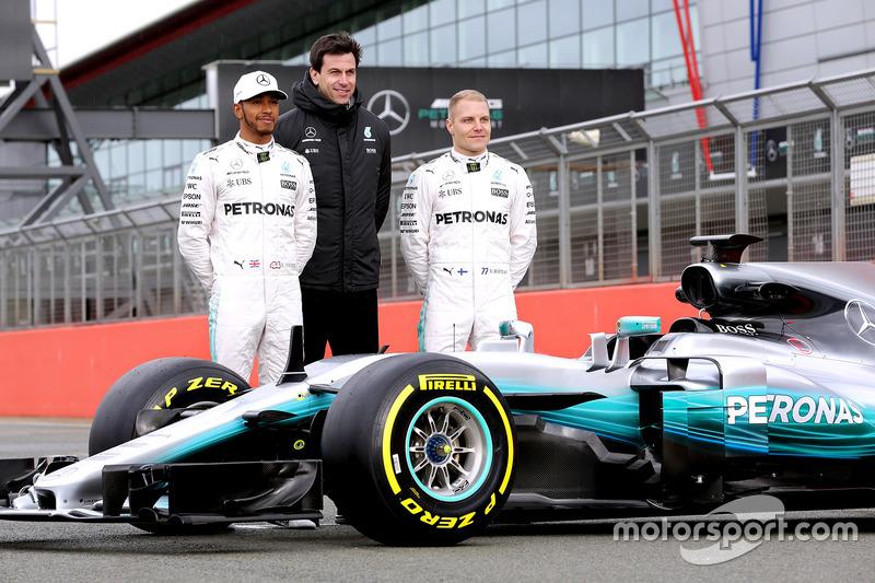 Lewis Hamilton, Mercedes-Sportchef Toto Wolff und Valtteri Bottas mit dem Mercedes W08
