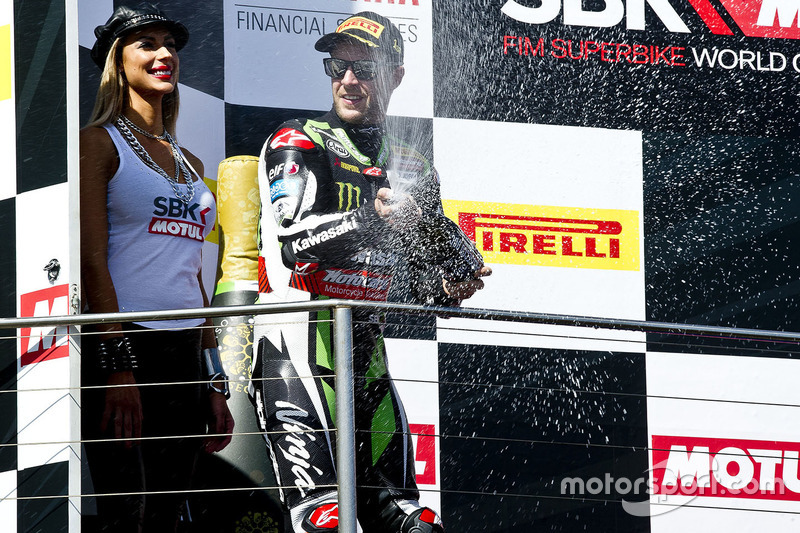 Podio: ganador de la carrera Jonathan Rea, Kawasaki Racing celebra con champagne