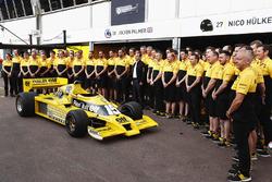 La RS01 du Renault Sport F1 Team dans la pitlane