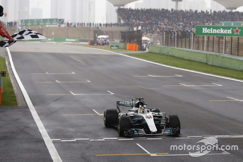1. Lewis Hamilton, Mercedes AMG F1 W08, fährt über die Ziellinie