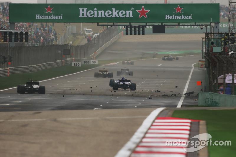 Antonio Giovinazzi, Sauber C36, crashes out of the race