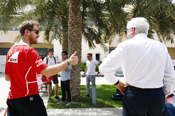 Sebastian Vettel, Ferrari, mit Charlie Whiting, FIA-Rennleiter