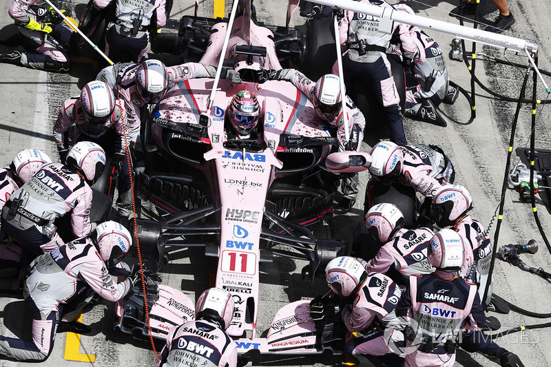 Sergio Perez, Sahara Force India F1 VJM10, pit stop action