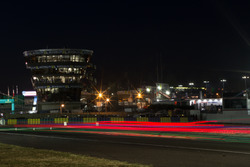 Renn-Action in Le Mans bei Nacht