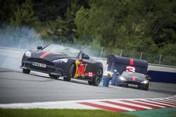 Max Verstappen e Daniel Ricciardo corrono con Aston Martin trainando una roulotte