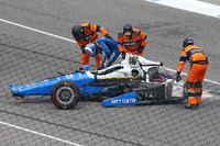 Scott Dixon, Chip Ganassi Racing Honda, sale el coche después de un gran accidente