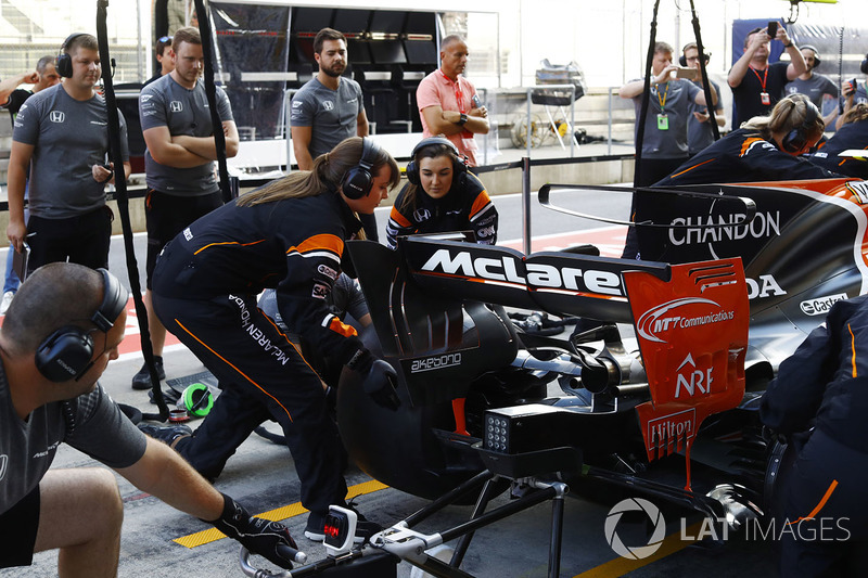 The McLaren team organise an all-female pit stop