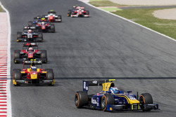 Nicholas Latifi, DAMS leads Gustav Malja, Racing Engineering and the rest of the field at the start of the race