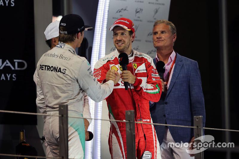 Nico Rosberg, de Mercedes AMG F1 celebra su campeonato del mundo en el podio con Sebastian Vettel, Ferrari.