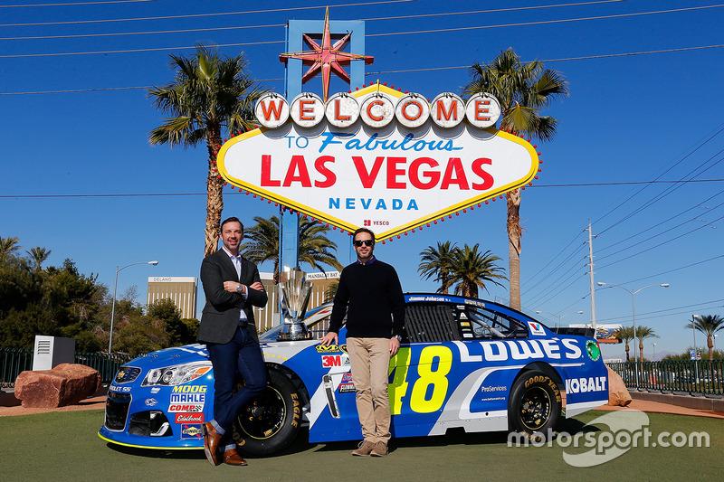 Jimmie Johnson, Hendrick Motorsports Chevrolet jefe del equipo Chad Knaus frente al anuncio de bienvenidos a  Las Vegas