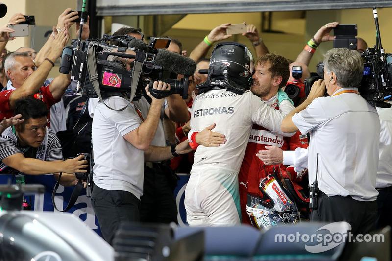 Segundo lugar y nuevo campeón mundial Nico Rosberg, Mercedes AMG F1 y Sebastian Vettel, Scuderia Ferrari