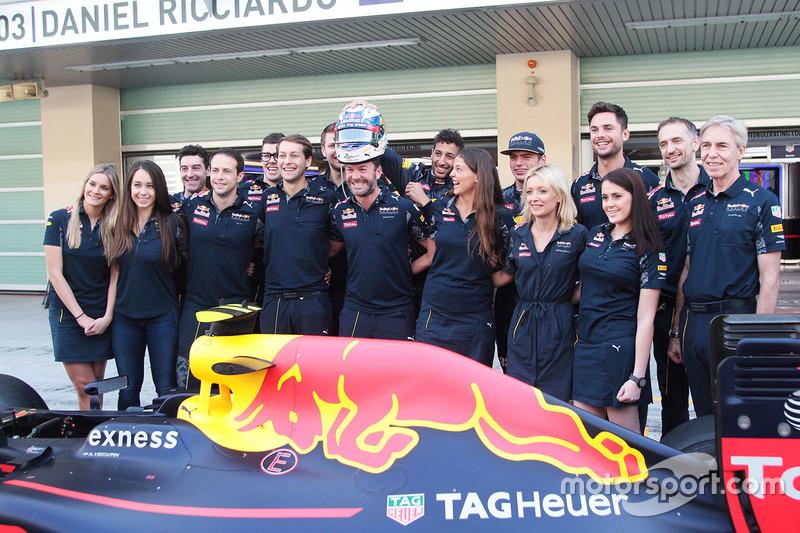 Daniel Ricciardo, Red Bull Racing y Max Verstappen, Red Bull Racing en una fotografía de equipo