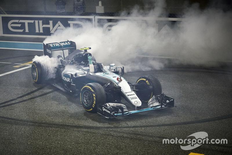 Друге місце Ніко Росберг, Mercedes AMG F1 W07 Hybrid святкує свої друге місце та титул Чемпіона світ