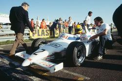 Ayrton Senna, Ralt RT3-Toyota op de startgrid met teambaas Dick Bennetts