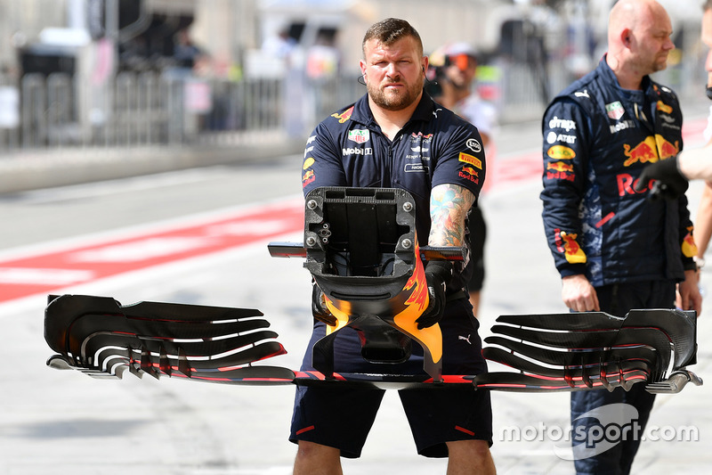 Red Bull Racing mechanic with Red Bull Racing RB13 front wing