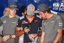 Stoffel Vandoorne, McLaren, Carlos Sainz Jr., Scuderia Toro Rosso y Fernando Alonso, McLaren