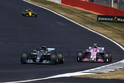 Lewis Hamilton, Mercedes-AMG F1 W09 y Esteban Ocon, Force India VJM11