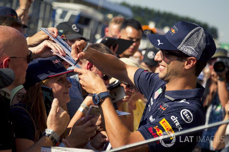 Daniel Ricciardo, Red Bull Racing, firma autografi ai tifosi