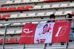 Уболівальники та банер Шарля Леклера, Alfa Romeo Sauber F1