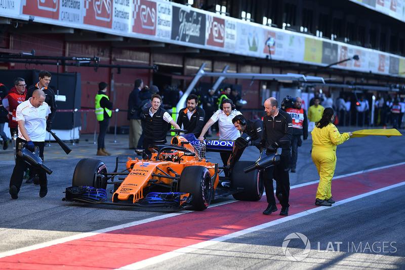 Stoffel Vandoorne, McLaren MCL33 is pushed in pit lane