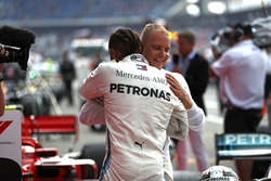 Льюіс Хемілтон, Mercedes AMG F1, святкує перемогу з Валттері Боттасом, Mercedes AMG F1