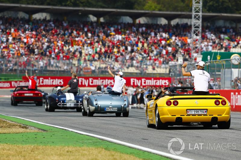 Marcus Ericsson, Sauber, behind Charles Leclerc, Sauber, Kevin Magnussen, Haas F1 Team, dan Kimi Raikkonen, Ferrari, mengikuti parade pembalap