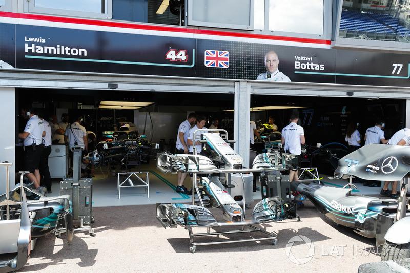 Les Mercedes AMG F1 W09 dans les stands