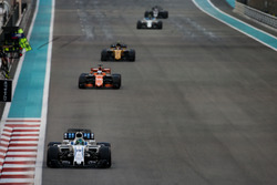 Felipe Massa, Williams FW40, precede Fernando Alonso, McLaren MCL32