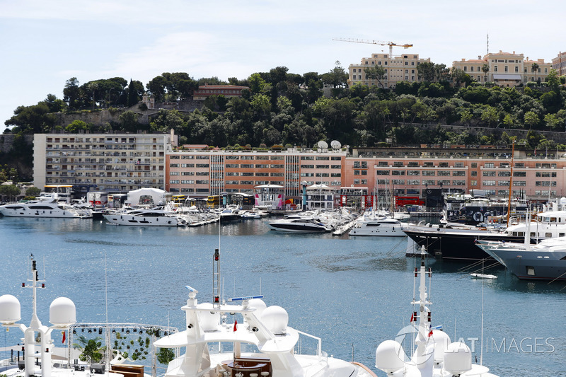 Kapal yacht menepi di pelabuhan Monako