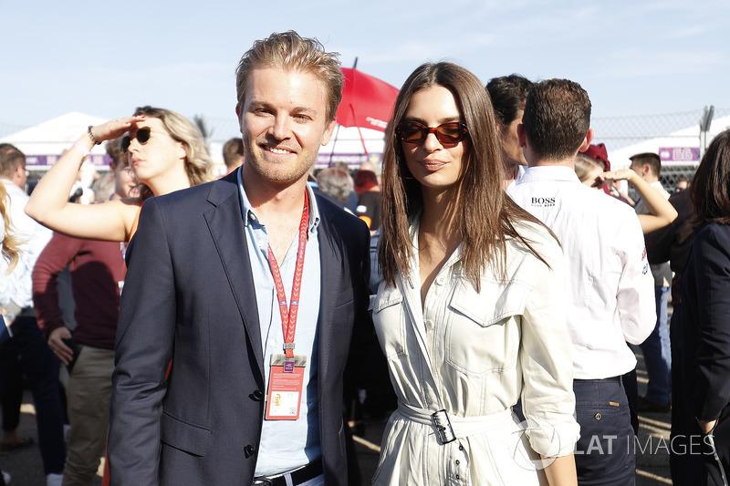 Nico Rosberg, campeón mundial de Fórmula 1, inversionista de Fórmula E con la Model Emily Ratajkowski