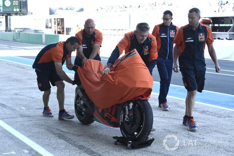 Bradley Smith, Red Bull KTM Factory Racing, dopo la caduta