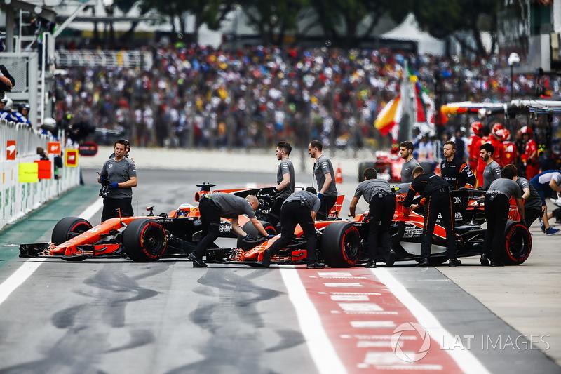Stoffel Vandoorne, McLaren MCL32, Fernando Alonso, McLaren MCL32, outside the McLaren garage during Qualifying