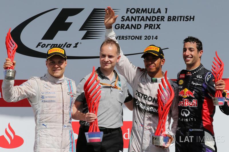 Podio: il secondo classificato Valtteri Bottas, Williams, John Owen, Chief Designer Mercedes AMG F1, il vincitore della gara Lewis Hamilton, Mercedes AMG F1, il terzo classificato Daniel Ricciardo, Red Bull Racing