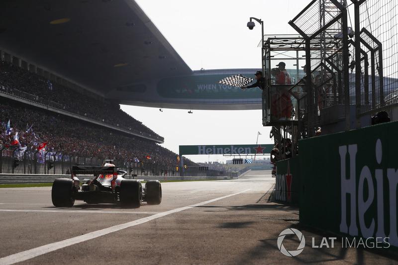 Daniel Ricciardo, Red Bull Racing RB14 Tag Heuer, prende la bandiera a scacchi e conquista la vittoria