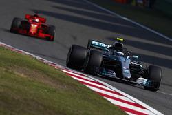 Валттери Боттас, Mercedes AMG F1 W09, и Себастьян Феттель, Ferrari SF71H