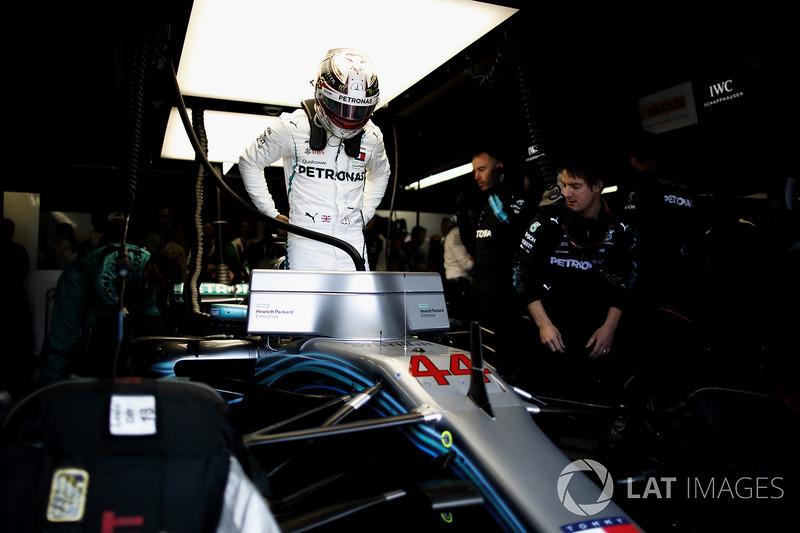 Lewis Hamilton, Mercedes AMG F1, nel garage