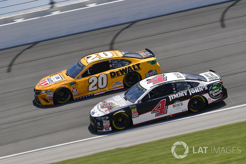 Kevin Harvick, Stewart-Haas Racing, Ford Fusion Jimmy John's Kickin' Ranch, Erik Jones, Joe Gibbs Racing, Toyota Camry DeWalt