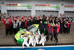 Ganadores de carrera #912 Manthey Racing Porsche 911 GT3 R: Richard Lietz, Patrick Pilet, Frédéric Makowiecki, Nick Tandy