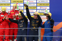 Podium GTE: troisième place #80 Ebimotors Porsche 911 RSR: Fabio Babini, Riccardo Pera, Raymond Narac