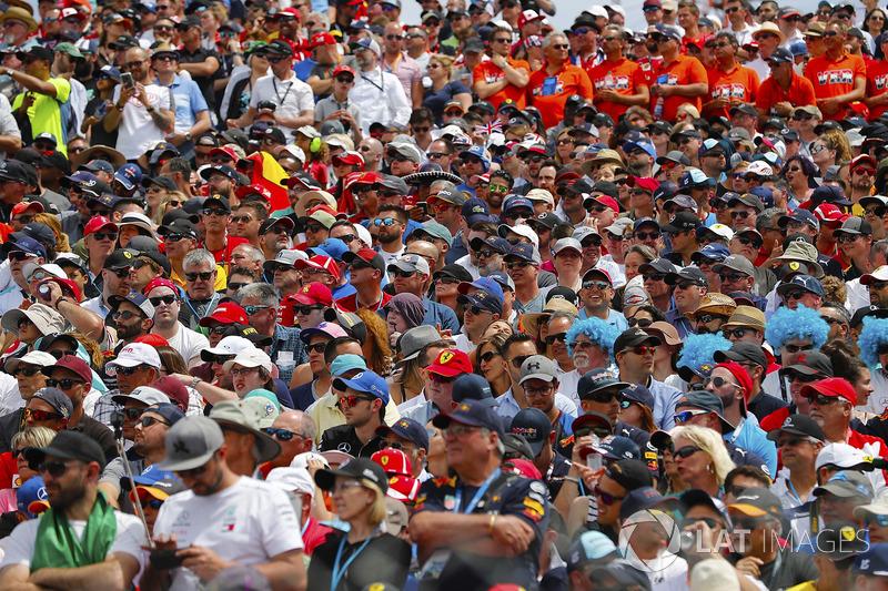 Les fans attendent le départ