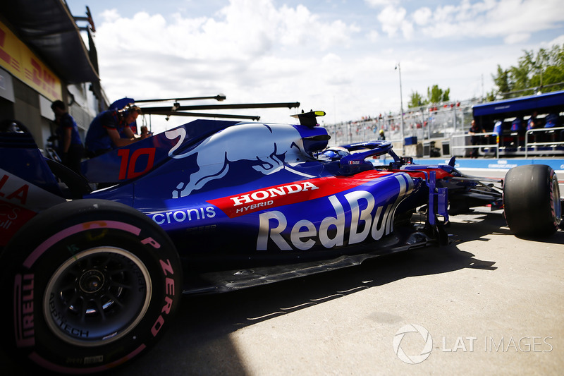 Pierre Gasly, Toro Rosso STR13, leaves the garage.
