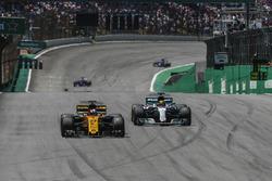 Nico Hulkenberg, Renault Sport F1 Team RS17 ve Lewis Hamilton, Mercedes AMG F1 W08