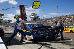 Chase Elliott, Hendrick Motorsports, Chevrolet Camaro NAPA Auto Parts, pit stop