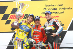 Podium : le vainqueur Toni Elias, Fortuna Honda, le deuxième Valentino Rossi, Yamaha, le troisième Kenny Roberts, Jr., Team Roberts