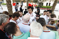 Toto Wolff, Director Ejecutivo, Mercedes AMG, habla a los medios