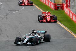 Lewis Hamilton, Mercedes AMG F1 W09, devant Sebastian Vettel, Ferrari SF71H, et Kimi Raikkonen, Ferrari SF71H