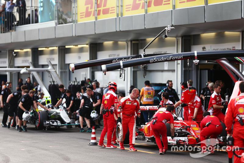 Sebastian Vettel, Ferrari SF16-H e Nico Rosberg, Mercedes AMG F1 W07 Hybrid ai box