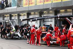 Себастьян Феттель, Ferrari SF16-H и Нико Росберг, Mercedes AMG F1 W07 Hybrid в гараже